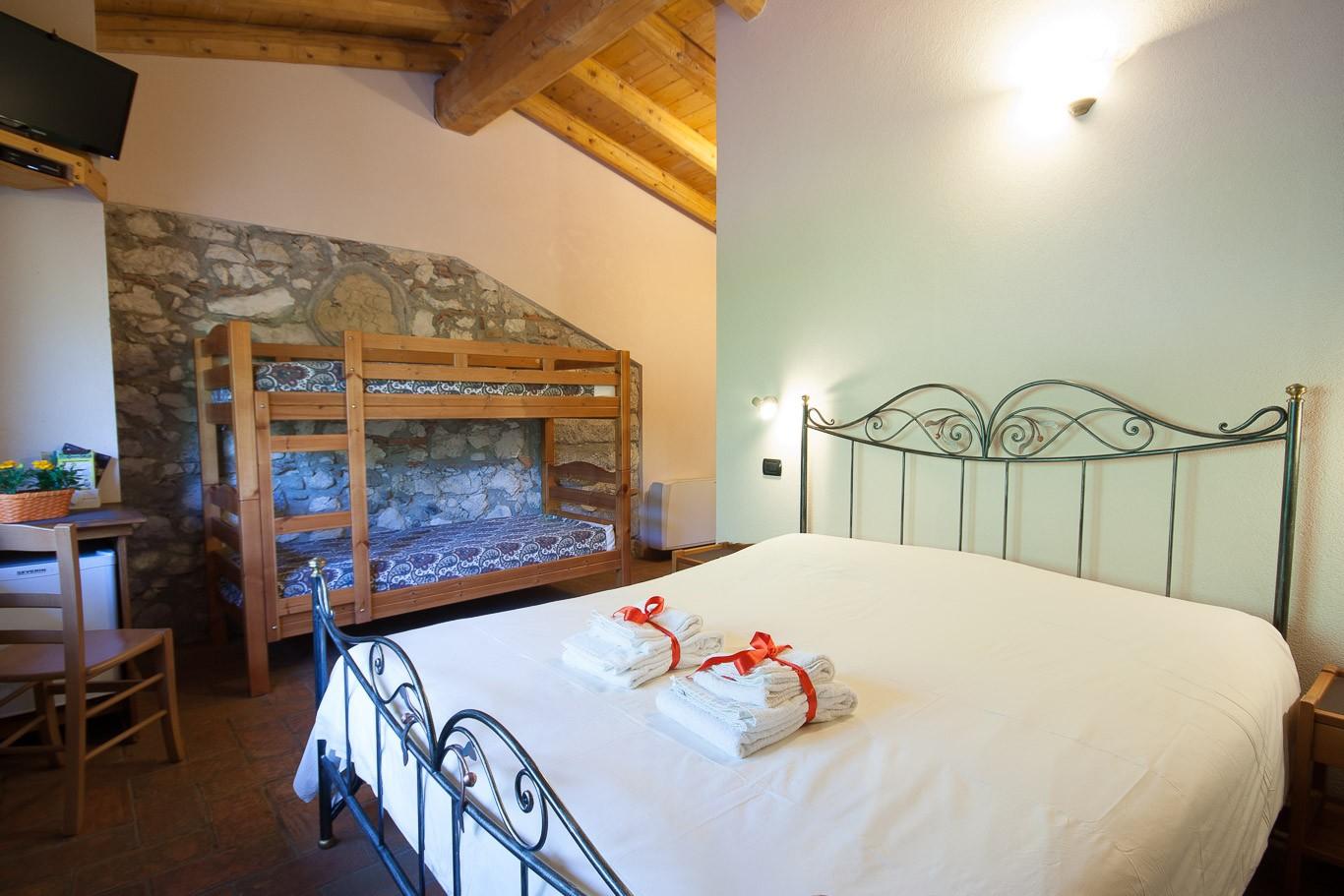Camera B&B azienda agricola biologica agriturismo tra Lago di Garda e Lago d'Idro. Provincia di Brescia.